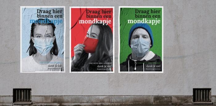 Drie posters met de tekst Draag hier een mondkapje