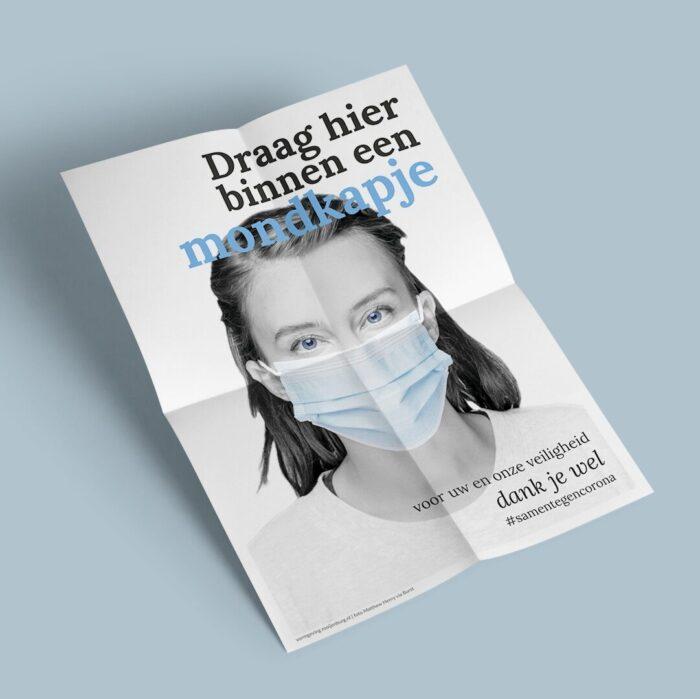 Poster vrouw met mondkapje en tekst 'Draag hier binnen een mondkapje' #samentegencorona