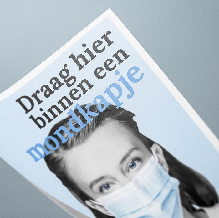 Blauw poster vrouw met mondkapje en tekst 'Draag hier binnen een mondkapje' #samentegencorona